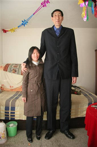 worlds-tallest-man-and-wife.jpg