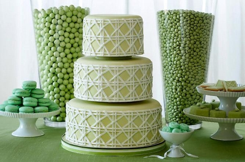 green wedding cake This green dessert table complete with a sophisticated