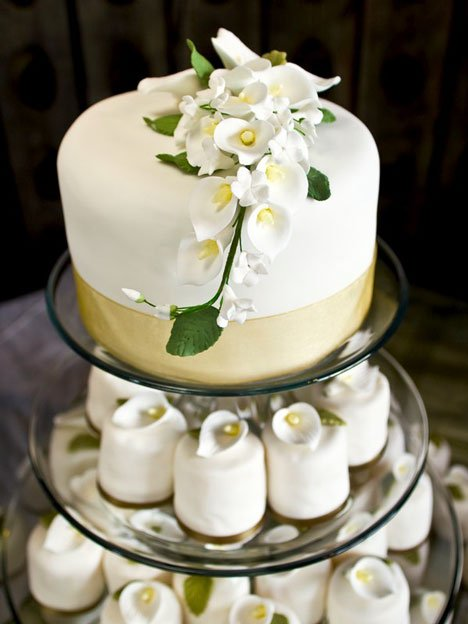 Gold And White Wedding Decorations. white wedding cake